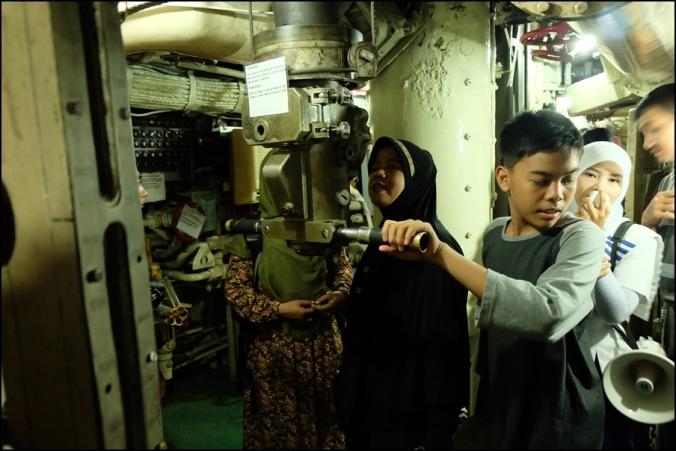 di dalam Kapal Selam Pasopati bersama Mbak Pemandu :)