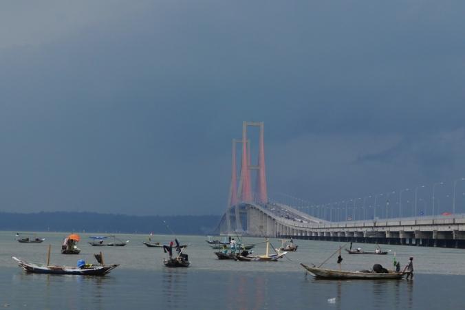 Mendung, jembatan tidak begitu terlihat (foto comot dari koleksi Dian :D )
